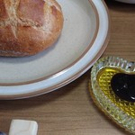 キングベーク - エキストラバージンオリーブオイルにバルサミコ酢を垂らします