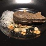 yoshiyuki - エビとカニのたい焼き風 蟹のビスクソース 自家製ゴボウのピクルス 魚醤の泡