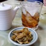 玉蘭 - 紹興酒とお通しのザーサイ。