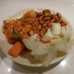 海底撈火鍋 - キムチ、大根とニンジンの漬物、皮付きピーナッツ