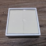 83051833 - 正方形の箱に4個入ってます