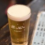 ゴールデンもつ - 生ホッピーとは、専用の生ホッピーサーバーから注がれる生ビールの様なホッピーのこと。きめ細かなクリーミーな泡となめらかな味わいが特徴で、生ビールでもない、ホッピーでもない、生ホッピーならではの味わい。