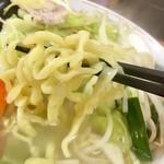 83064359 - 麺は太め平打ち縮れ麺