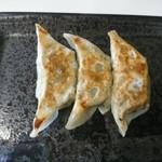 ら~麺処 豪屋 - 焼き色も綺麗な餃子