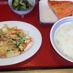 富山上袋食堂 - 鮭塩焼き・野菜炒め・わかめ酢