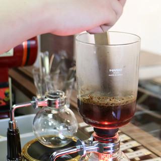 1杯1杯サイフォンで抽出するこだわりのコーヒー