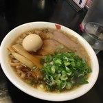 チーノ - チャーシュー麺、煮卵とネギトッピング