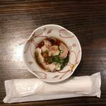 塚本鮮魚店 - 【お通し(200円)】ナマグサ貝とフグ皮のポン酢がけ