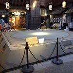 屋台屋 博多劇場 - 『両国江戸NOREN』には、相撲協会監修の実物大土俵が展示されている。
