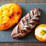 83086320 - 左からパン オ チェダー、ショコラノワール、焼きチーズカレーパン