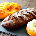 83086323 - 左からパン オ チェダー、ショコラノワール、焼きチーズカレーパン