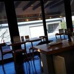 ココネカフェ - 窓も大きくて明るい店内