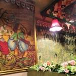 インダス - 店内に飾られた インドを思わせる 絵 や パッチワーク。     2018.03.25