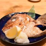 鮮魚とイカと大衆割烹 ととまろ - 鯛の兜焼き
