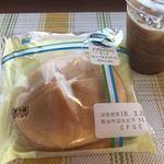 ファミリーマート - 料理写真:ダブルクリームサンド¥135(税込価格)と アイスコーヒー¥100(税込価格)