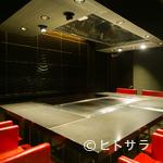 鉄板焼 太朗坊 - 黒と赤のコントラストが、高級感を際立たせ、料理にアクセントを