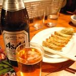 83107428 - 瓶ビールと餃子。