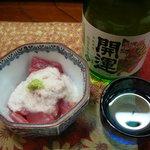 居酒屋 らくがき - 料理写真:マグロ山かけ(お通し)と日本酒