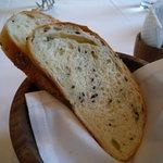 クラリタ ダ マリッティマ - 黒胡麻が練り込まれたパン★焼きたてのいい香りがします(*′∇`)(2011/2)