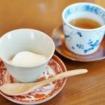 原宿はしづめ - 杏仁豆腐、ほうじ茶