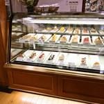 83112077 - 洋菓子ディスプレイ