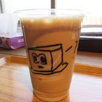 豆藤・加藤本店 - 豆乳に豆乳ソフトクリームを浮かべた『豆乳フロート』450円。