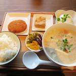 豆藤・加藤本店 - 豆汁定食500円。 豆汁(大)・白ご飯・厚揚げ(小)の内容です。 これにオプションで、冷奴100円とおからコロッケ80円を付けました。
