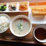 豆藤・加藤本店 - 豆藤定食500円。 豆汁(小)・白ご飯・総菜3品が付いています。 これにオプションで、厚揚げ80円を付けました。