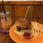 ワンダー - 料理写真:エッグバーガー、グレープフルーツジュース、ポテトのセット