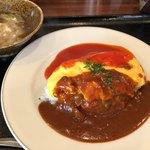 洋食や シェ・ノブ - 自家製ベーコンオムライス 2色のソース (野菜のポトフ風スープ付) 1000円。