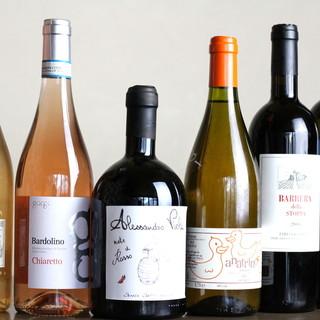 """自然派ワインを中心にご提供◎""""ペアリングセット""""が人気です。"""