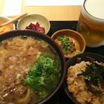 Niwakayachousuke - Bセット 満腹! 1680円、肉うどん、かしわめし大、胡麻カンパチ刺身小鉢、漬け物、生ビール(ハートランド)になります
