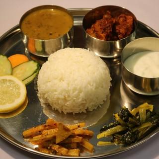 自慢のネパール料理の数々。ほどよくスパイシーなカレーが自慢!