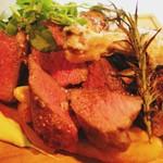 アルルの食堂 urura - お肉料理も日によってラインナップが変わります。内容により二種類ご一緒に盛り合わせてもご用意可能。