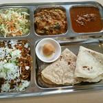 カフェと印度家庭料理 レカ - 料理写真:スペシャルセット1200円 カレーは左:ビンディマサラ 右:チキン