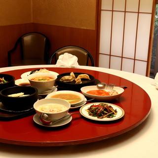 昭和31年創業、代々継がれる伝統に相応しい品格漂う空間。