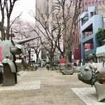 一幸庵 - 茗荷谷駅近くのカイザースラウテルン広場のオブジェと桜