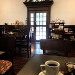 前田珈琲 - 店内から入口を眺める