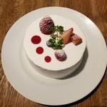 83138430 - ホワイトチョコレートといちごのショートケーキ