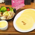 83142961 - じゅ~しぃチキンと自家製ハニーマスタードのパンケーキ