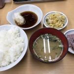 だるまの天ぷら定食 - 料理写真:最初に用意されるのがこれ イカの塩辛と漬物は卓上に用意してる