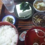 83174245 - やっこ六〇〇円也の全景。冷奴が別だと牛煮こみは小鉢並みの小ささ。