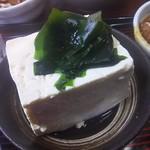 83174250 - 豆腐しっかり堅めの木綿。堅い豆腐は好きだなあ。若布がさりげなく好き。