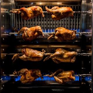 本格的なロテサリーマシンで焼き上げる銘柄鶏