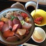 サーフィン - どんぶり街道のパンフレットに載ってた海鮮丼1200円。土曜日14時入店で残り4人分でした。具沢山で美味しかったです。