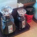 いちにいさん - テーブルには「関東」「かごしま」の醤油が並びます。