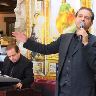 毎日イタリア人歌手によるカンツォーネの生演奏を開催