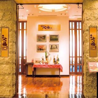 大きな窓から望む圧巻の東京ビュー。完全個室もございます