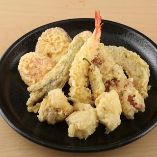こだわりの小麦粉でカラッとあげたサクサクの天ぷらを。