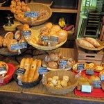 Petit Riche - 店内パン棚の様子。